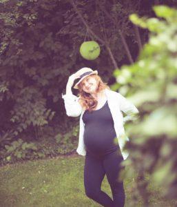 Schwangere im Garten